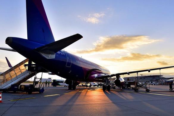Akár a repülőjegy árát is visszatéríthetik az utasoknak késés esetén