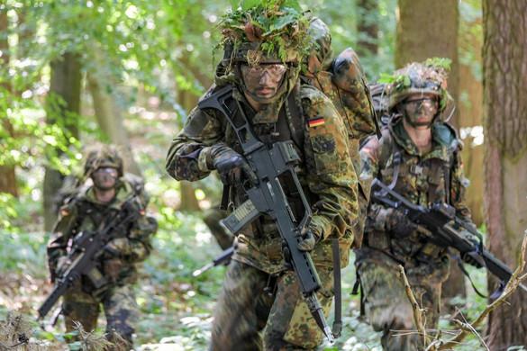 Két év alatt több mint 60 jelentkezőt utasított el a német hadsereg biztonsági okokból