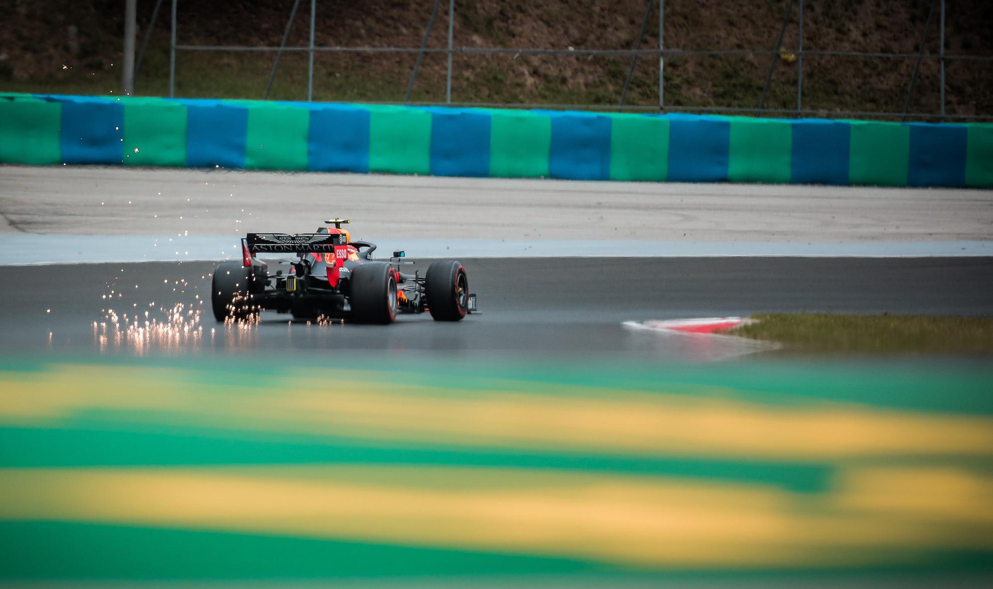 A Red Bull csapat autói az alacsony futómű beállítások miatt sokszor látványos szikrákat eregettek