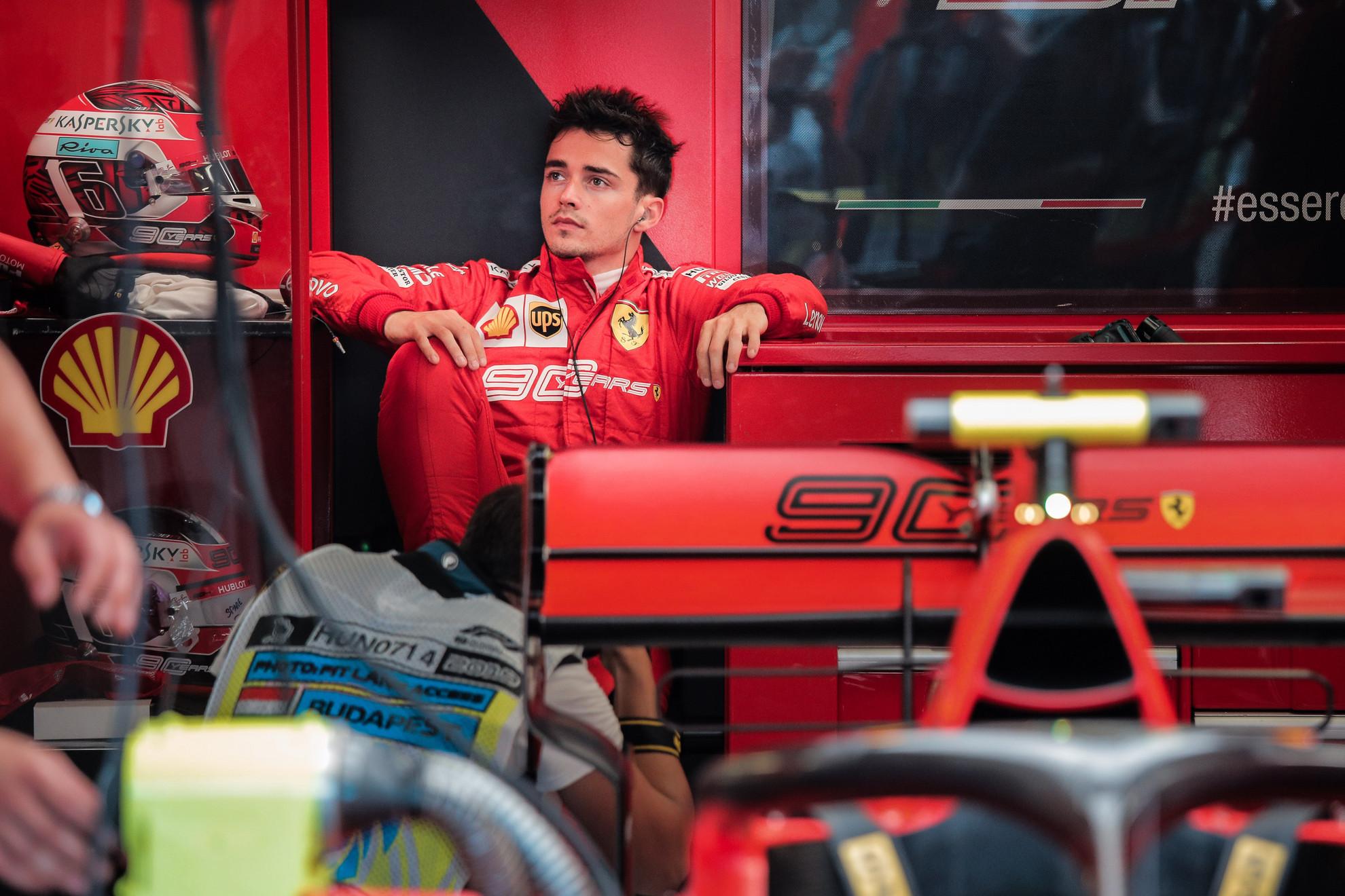 A 21 éves Charles Leclerc az indulásra vár a szombati időmérő napján
