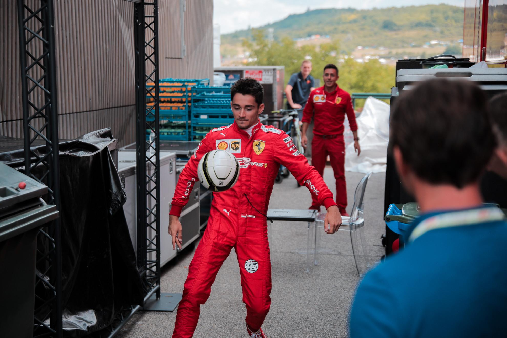 Charles Leclerc a csapattársával focizik a paddock-ban