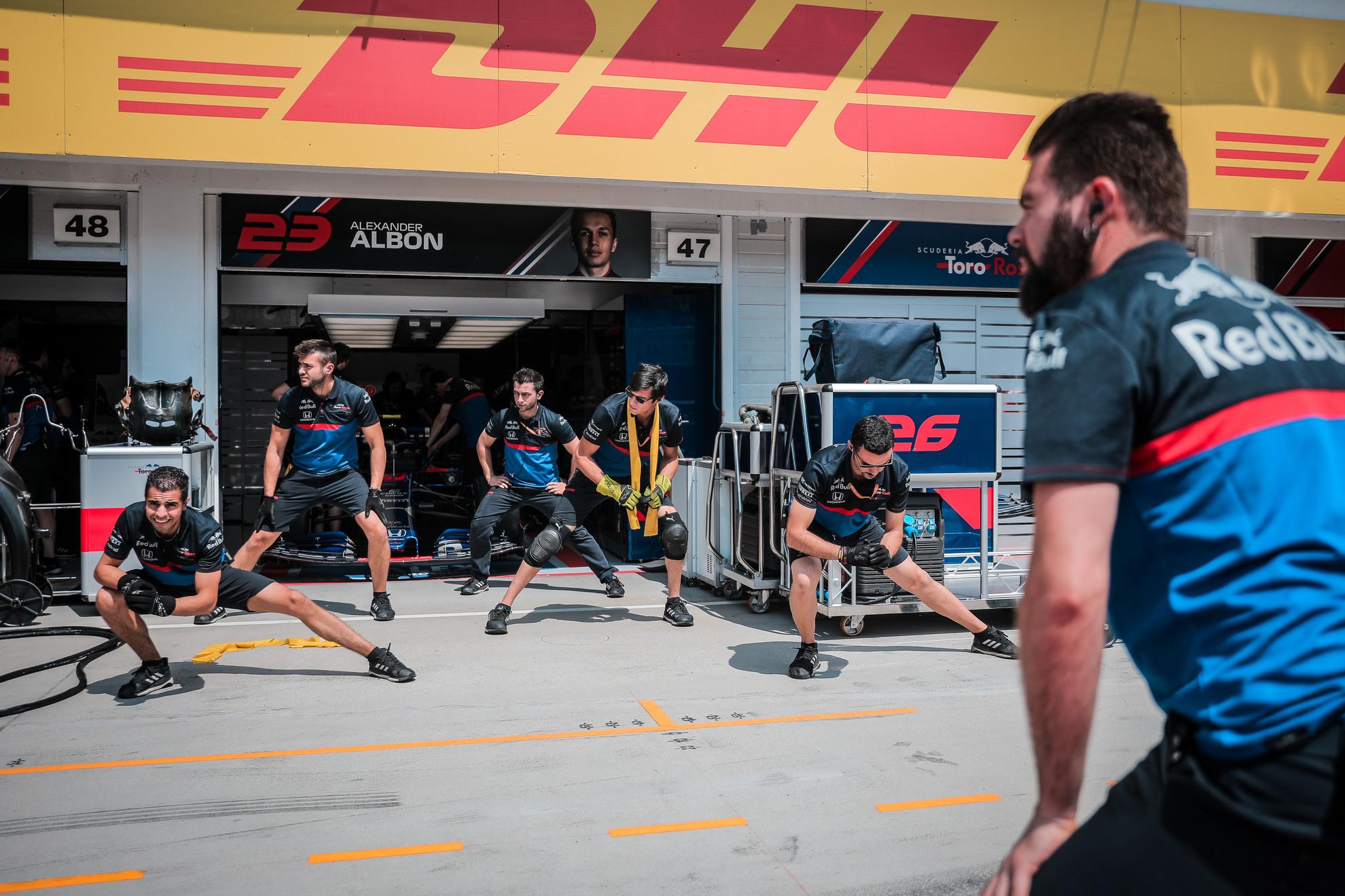 A Scuderia Toro Rosso csapatnál bemelegítéssel kezdték a vasárnapi versenynapot.