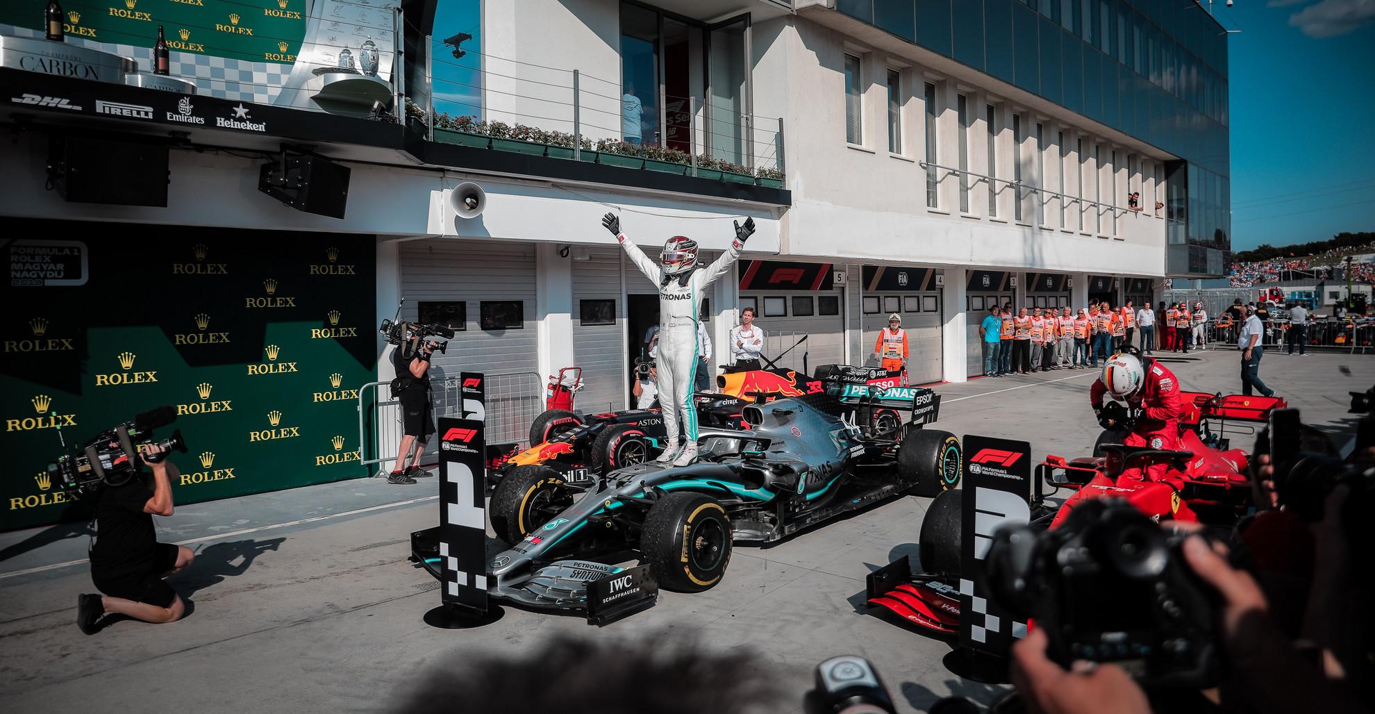 Lewis Hamilton ért célba végül az első helyen