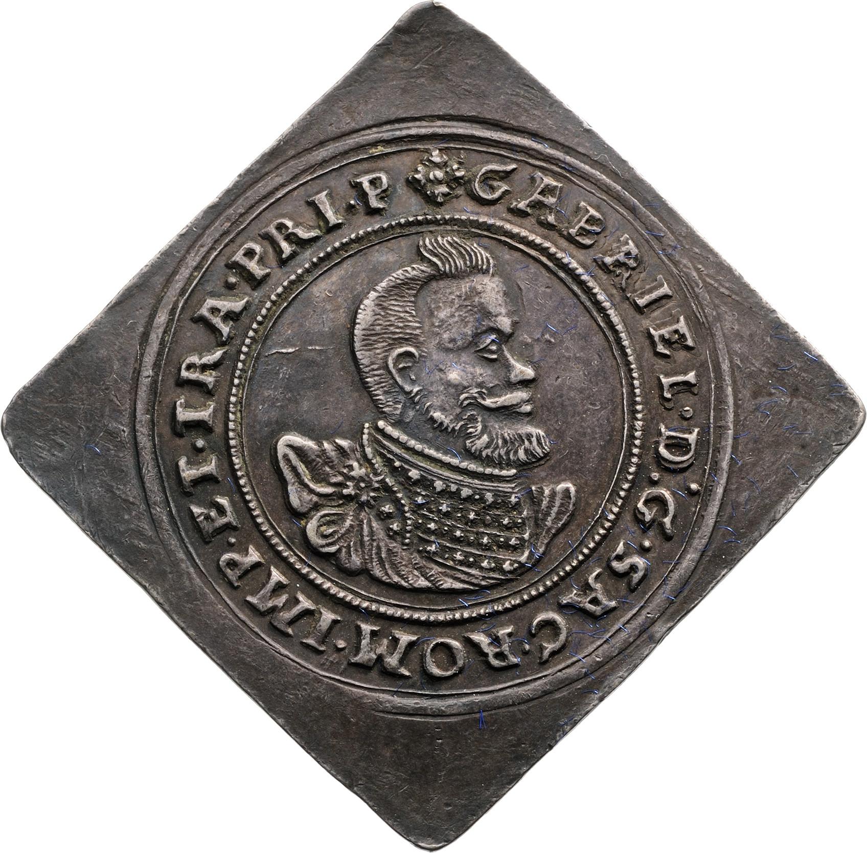 A kiállítás anyaga az erdélyi tallérgyűjteményen túl kiegészül a jegybank 1974-ben alapított Bankjegy- és Éremgyűjteményének 48 darab erdélyi aranypénzével