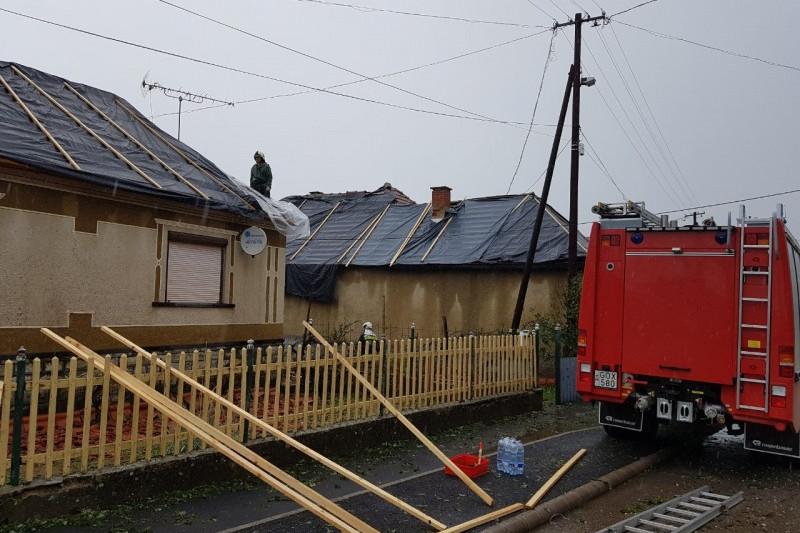 Szőlősardón több mint 37 ház teteje semmisült meg. A palával borított tetőzetek legtöbbje szinte teljes egészében tönkre ment.