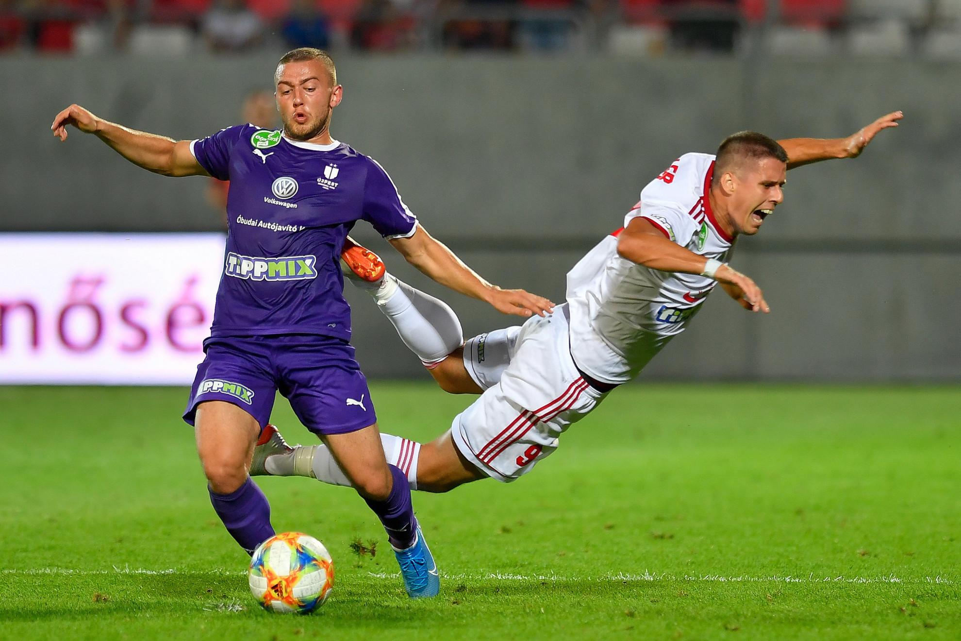 Az újpesti Zsótér Donát (b) és a kisvárdai Tischler Patrik harcol a labdaért