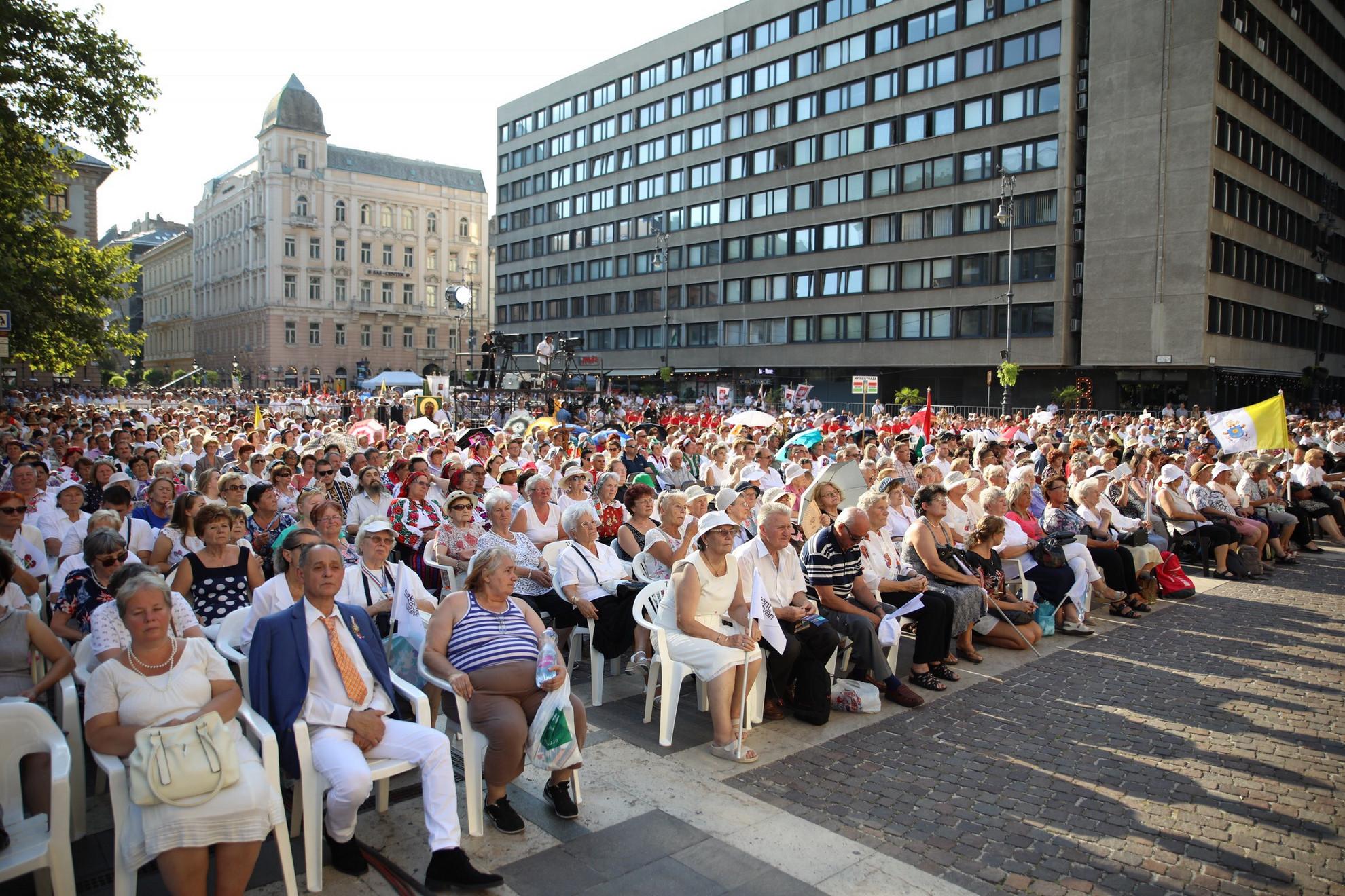 Hatalms tömeg gyűlt össze a Bazilika előtt