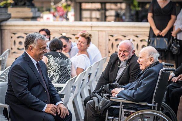 A Miniszterelnöki Sajtóiroda által közreadott képen Orbán Viktor miniszterelnök (b) és Henri Boulad jezsuita szerzetes (j) a budapesti Szent István-bazilika előtt