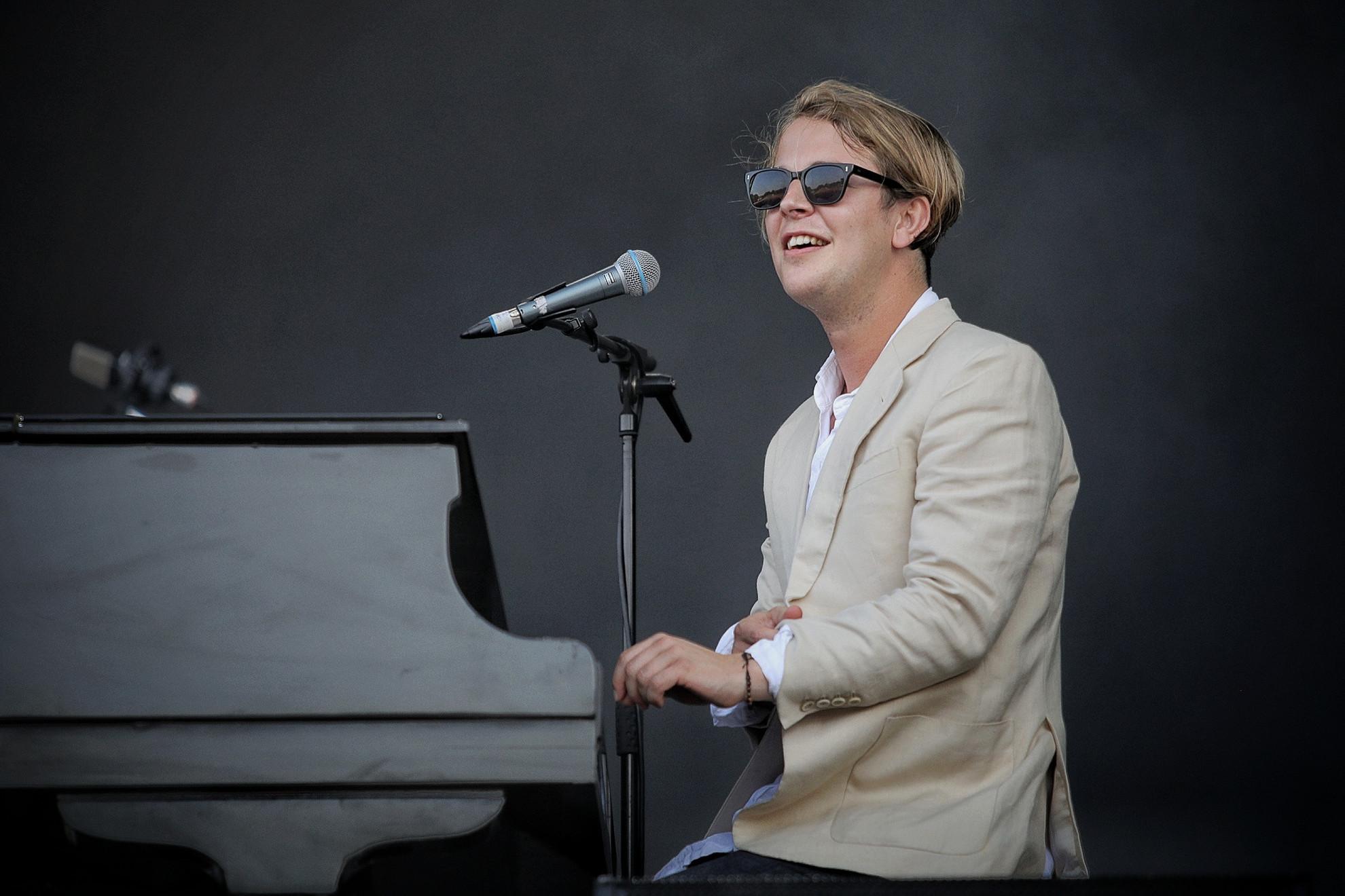 Tom Odell a koncert nagy részében a zongora mögött ülve énekelt