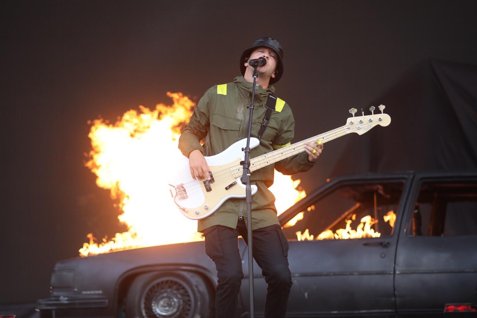 Tyler Joseph az együttes multi instrumentális tagja, a basszus gitáron kívül, ukulelén és zongorán is játszik