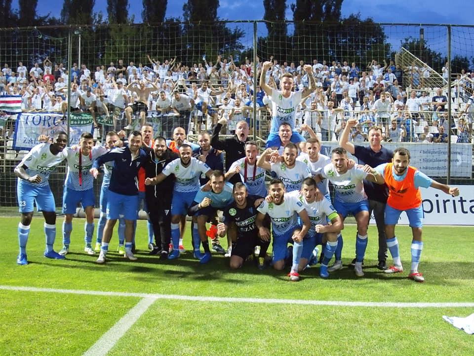 A győzelem után együtt ünnepelt szurkolóival a Zalaegerszeg
