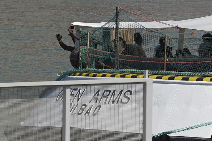 Ismét többen a tengerbe ugrottak a segélyhajóról