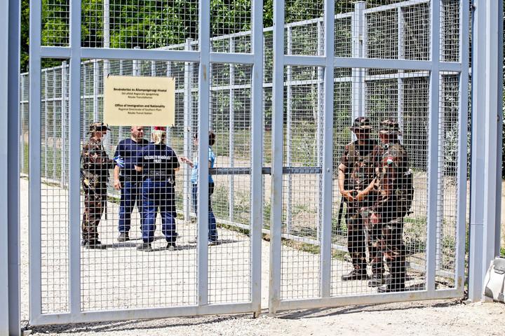 Új taktika - gumicsónakkal próbálkoznak a migránsok Röszkénél