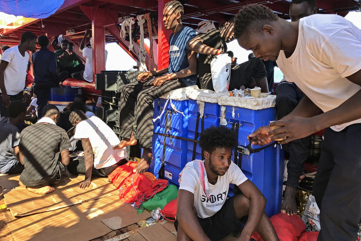 Partra szálltak a migránsok az Open Arms mentőhajóról