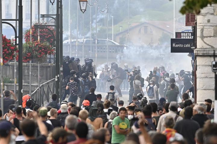 Több ezren békésen, néhány százan erőszakosan tüntettek a G7-értekezlet ellen