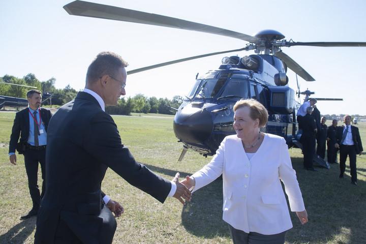 Szijjártó Péter fogadta Angela Merkelt