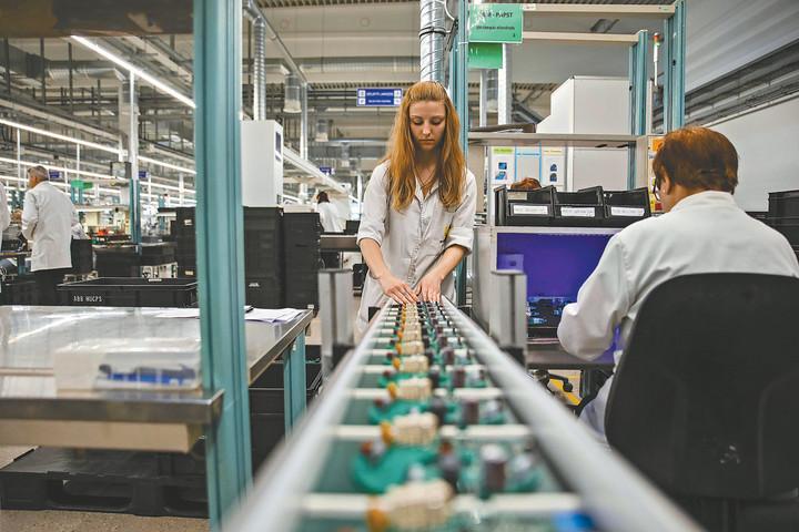 A kormány bértámogatásai segítik a munkahelymegőrzést