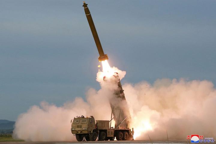 Észak-Korea nagy kaliberű rakéta-sorozatvetőt tesztelt