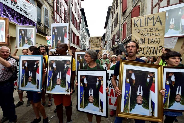 Macron fejjel lefelé fordított portréjával tüntettek a környezetvédők Franciaországban