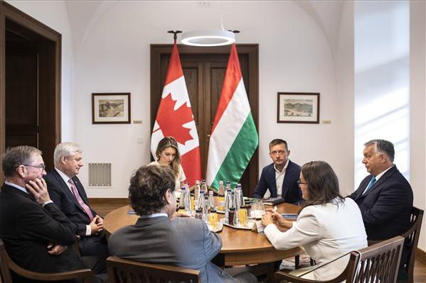 Orbán Viktor a volt kanadai miniszterelnökkel tárgyalt