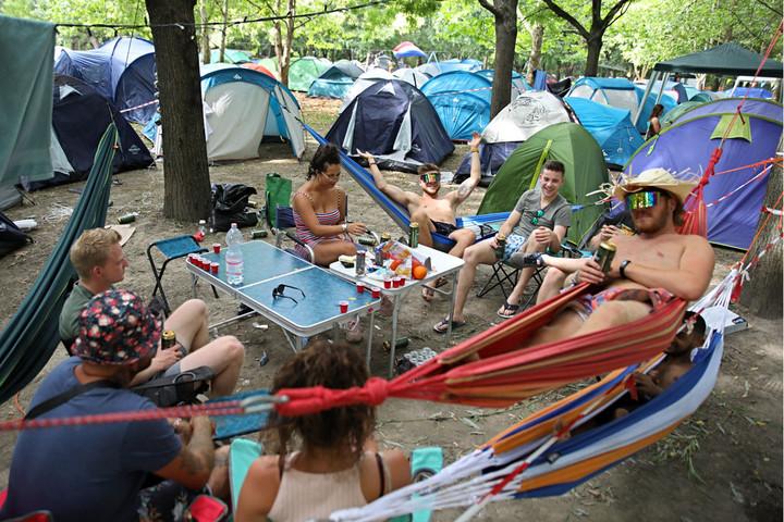 Rászorulók kapják a Sziget fesztiválozói által hátrahagyott 600 sátrát