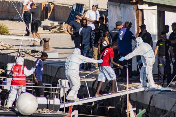 Kikötött az Open Arms hajója Lampedusa szigetén, a migránsok partra szálltak