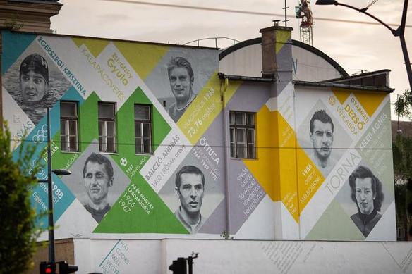 Magyar olimpikonok arcképei díszítik a Városháza park tűzfalát