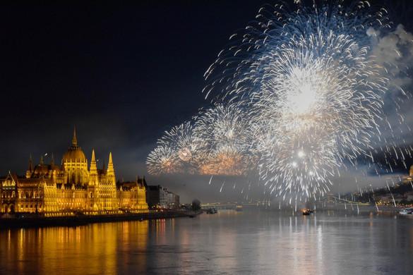 Tűzijáték a Duna felett