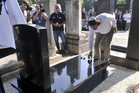 Felavatták az első magyar olimpiai bajnok birkózó új síremlékét