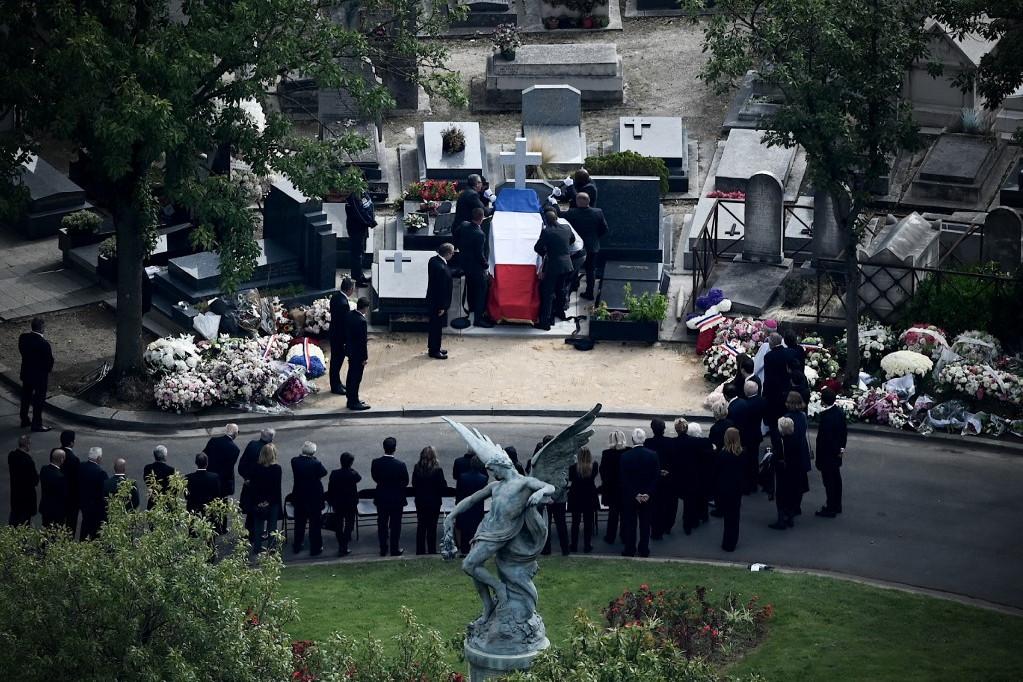 A néhai francia államfőt szűk családi körben helyeztek végső nyugalomra a Montparnasse-temetőben