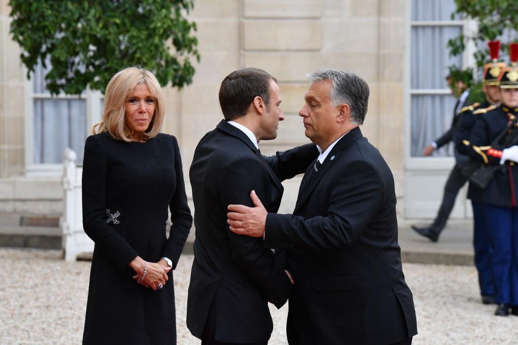 Orbán Viktor (j) találkozik Emmanuel Macron francia államfővel és feleségével