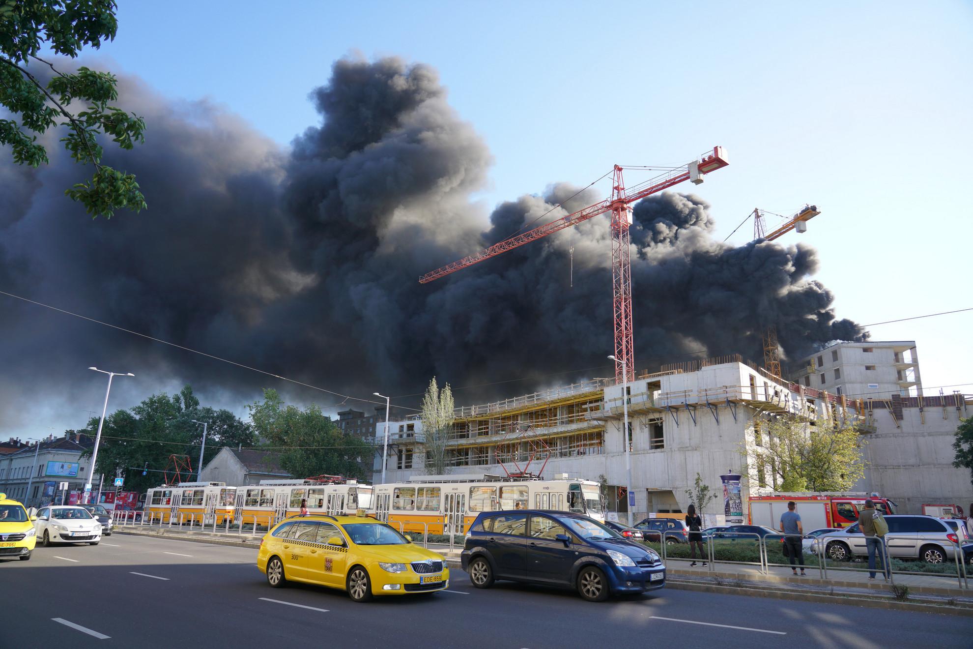A tűz nyomán keletkezett hatalmas füstöt távolabbról is jól lehetett látni