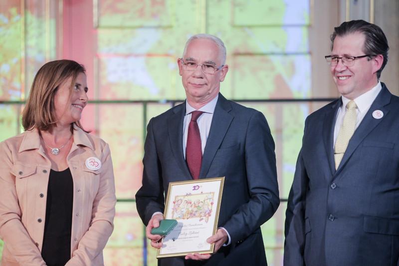 Balog Zoltán (középen) kezében a díjjal
