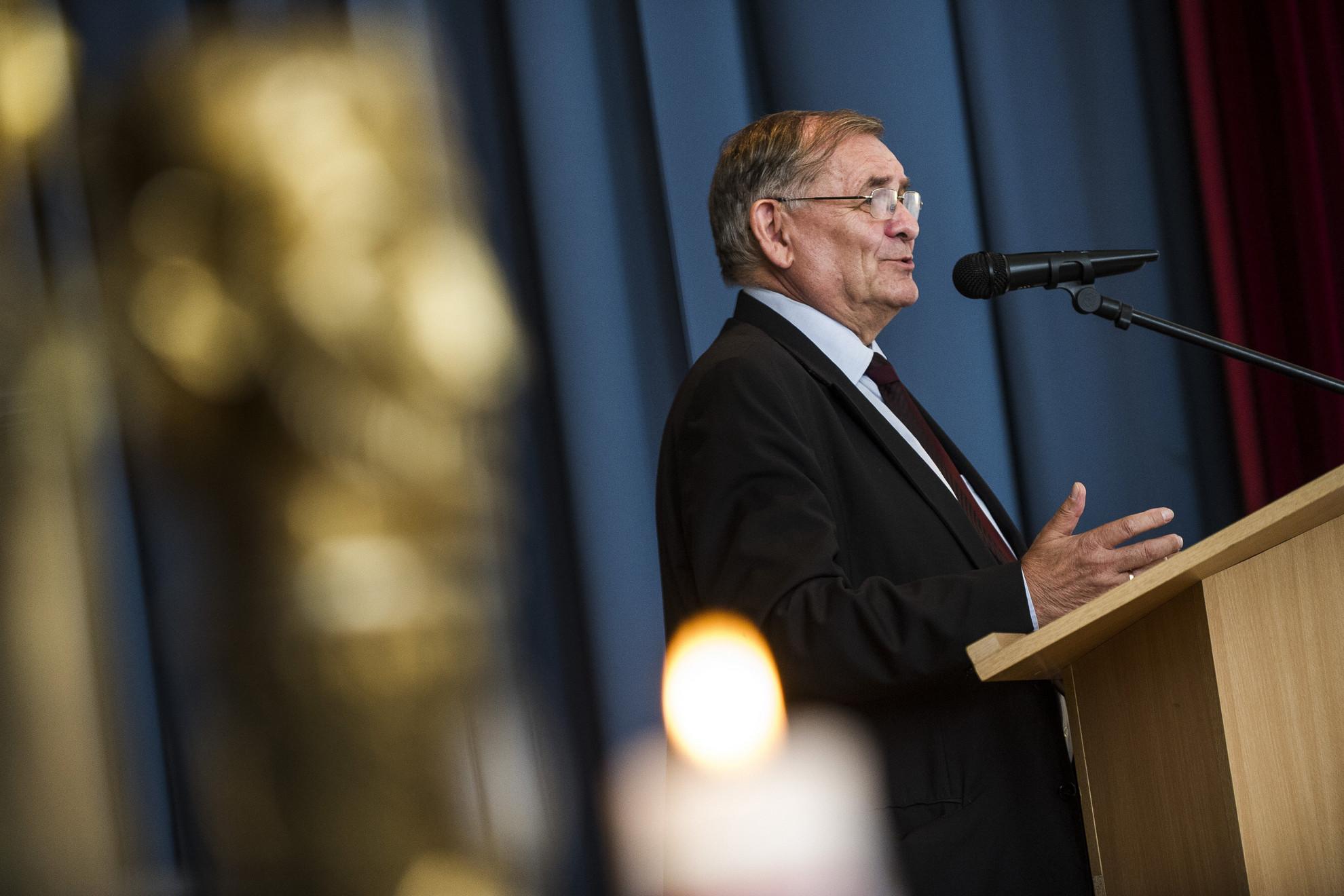 Lezsák Sándor, az Országgyűlés alelnöke beszédet mond a Szent István emlékkonferencián Kecskeméten