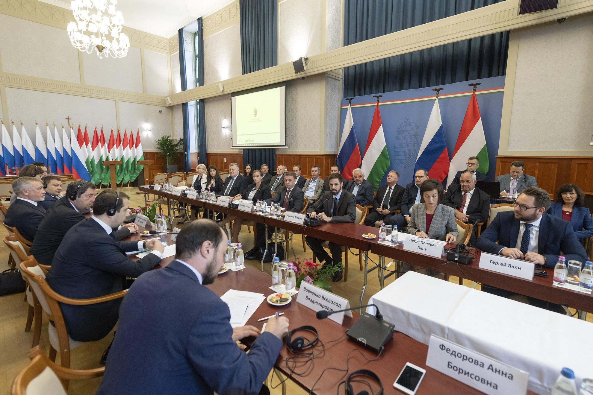 Magyar Levente, a Külgazdasági és Külügyminisztérium (KKM) államtitkára (szemben, j3) és Ilja Toroszov Eduardovics orosz gazdaságfejlesztési miniszterhelyettes (háttal, j2) a Budapesten megalakult Magyar-Orosz Régióközi Együttműködési Kormányközi Bizottság első ülésén