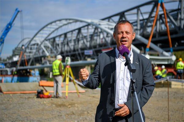 Révész Máriusz sajtótájékoztatója a Poroszló és Tiszafüred közötti épülő kerékpárút Tisza-hídja egyik hídelemének végleges helyére emelése előtt