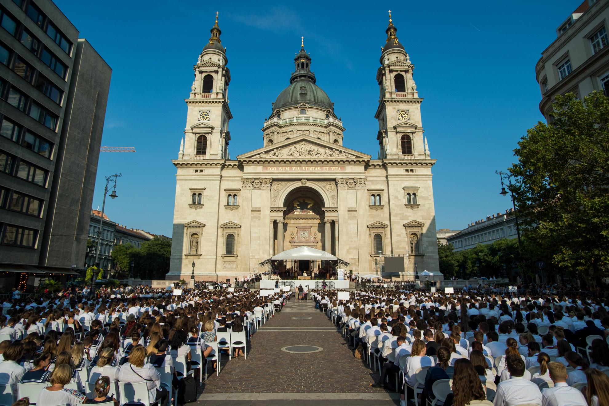 A katolikus iskolában tanuló diákok tanévkezdő szentmiséjének résztvevői a budapesti Szent István-bazilika előtt 2019. szeptember 2-án