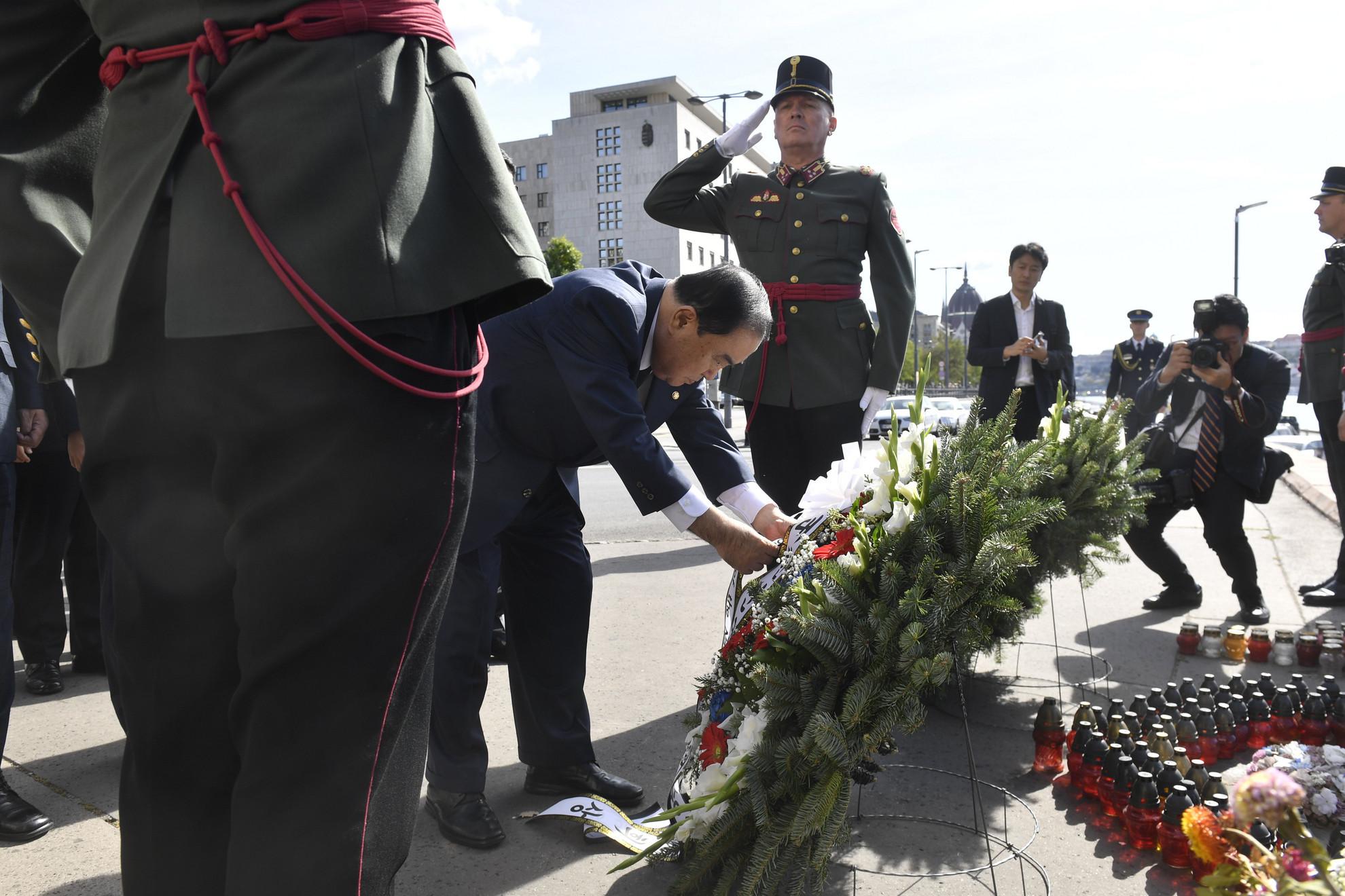 Mun Hi Szang, a dél-koreai nemzetgyűlés elnöke koszorút helyez el a május végi dunai hajóbaleset áldozatainak emlékére a Margit híd pesti hídfőjénél 2019. szeptember 20-án