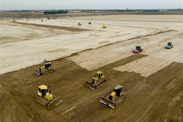 Munkagépek dolgoznak a leendő BMW-gyár építési területén Debrecen közelében 2019. szeptember 23-án