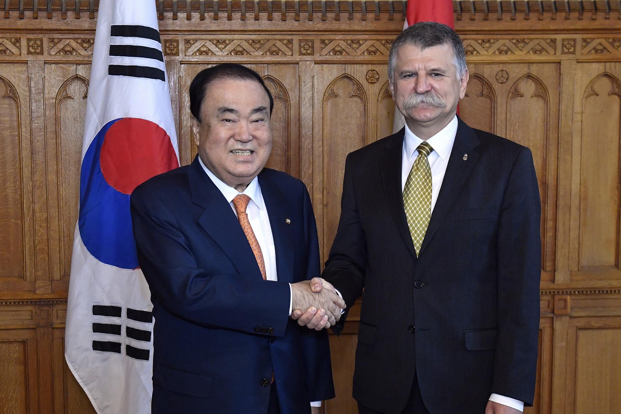 Kövér László, az Országgyűlés elnöke (j) fogadja Mun Hi Szangot, a dél-koreai nemzetgyűlés elnökét az Országházban 2019. szeptember 20-án