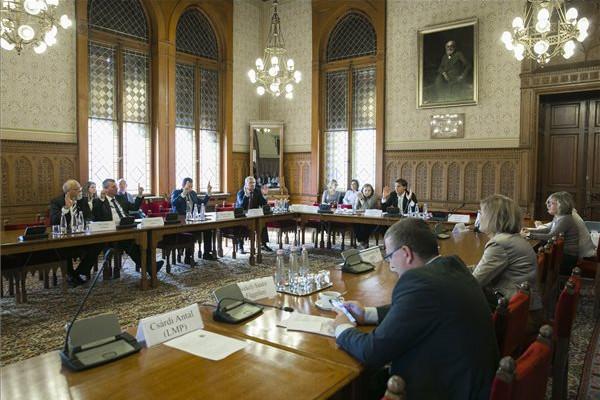 Szavazás Kandrács Csaba, a Magyar Nemzeti Bank alelnökjelöltje meghallgatásán az Országgyűlés gazdasági bizottságának ülésén
