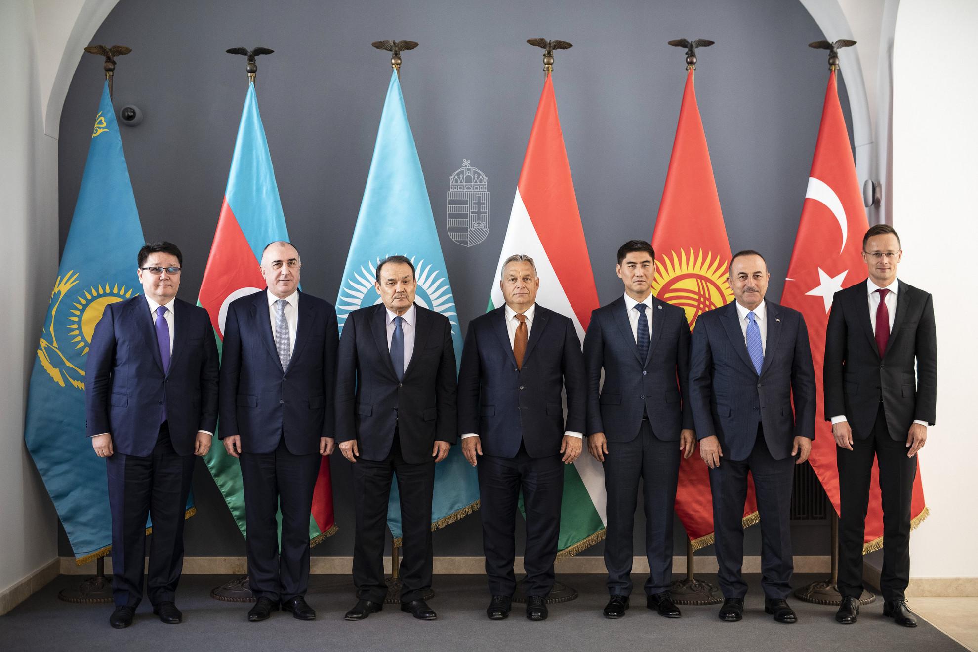 Orbán Viktor miniszterelnök (b4) fogadja a Türk Tanács külügyminiszteri találkozójának résztvevőit a Karmelita kolostorban 2019. szeptember 19-én. A kormányfő mellett balról jobbra: Rusztemov Nurbah, Kazahsztán magyarországi nagykövete, Elmar Mammadyarov azerbajdzsáni külügyminiszter, Bagdad Amrejev, a Türk Tanács főtitkára, Csingiz Ajdarbekov kirgiz külügyminiszter, Mevlüt Cavusoglu török külügyminiszter és Szijjártó Péter külgazdasági és külügyminiszter