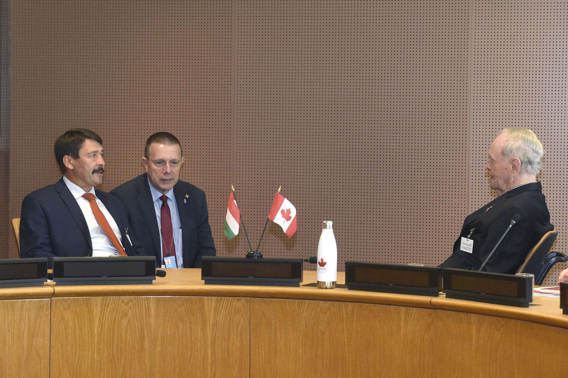 Áder János köztársasági elnök (b) megbeszélést folytat Jean Crétien volt kanadai miniszterelnökkel (j) az ENSZ New York-i székházában 2019. szeptember 23-án