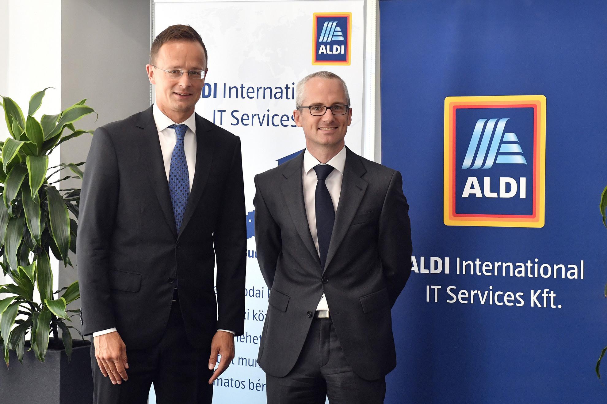 Szijjártó Péter külgazdasági és külügyminiszter (b) és David Godschalk (j), az ALDI International Services GmbH & Co. oHG ügyvezetője az ALDI International IT Services Kft. beruházásbejelentő sajtótájékoztatója előtt Pécsen 2019. szeptember 2-án