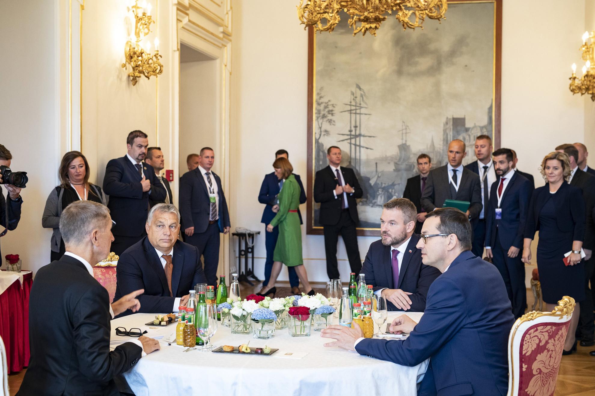 Andrej Babis cseh, Orbán Viktor magyar, Peter Pellegrini szlovák és Mateusz Morawiecki lengyel miniszterelnök (az asztalnál b-j) a V4-Nyugat-Balkán csúcstalálkozón Prágában 2019. szeptember 12-én