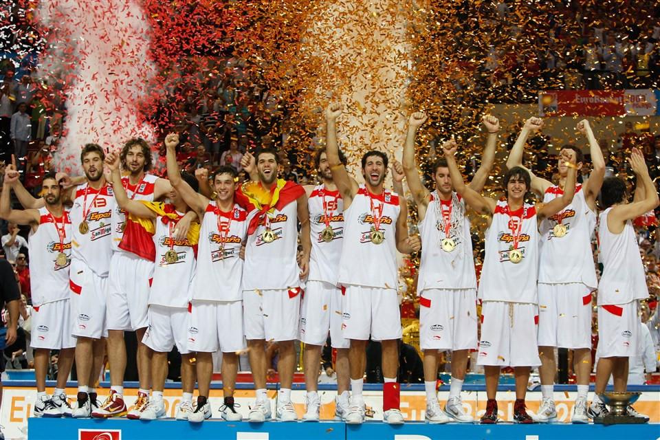 A 2009-es Európa-bajnok spanyol válogatott ünnepli a győzelmét. Jobbról a harmadik a fiatal Ricky Rubio