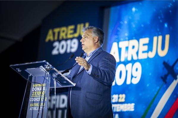 A Miniszterelnöki Sajtóiroda által közreadott képen Orbán Viktor miniszterelnök beszédet mond az Atreju nevű rendezvényen