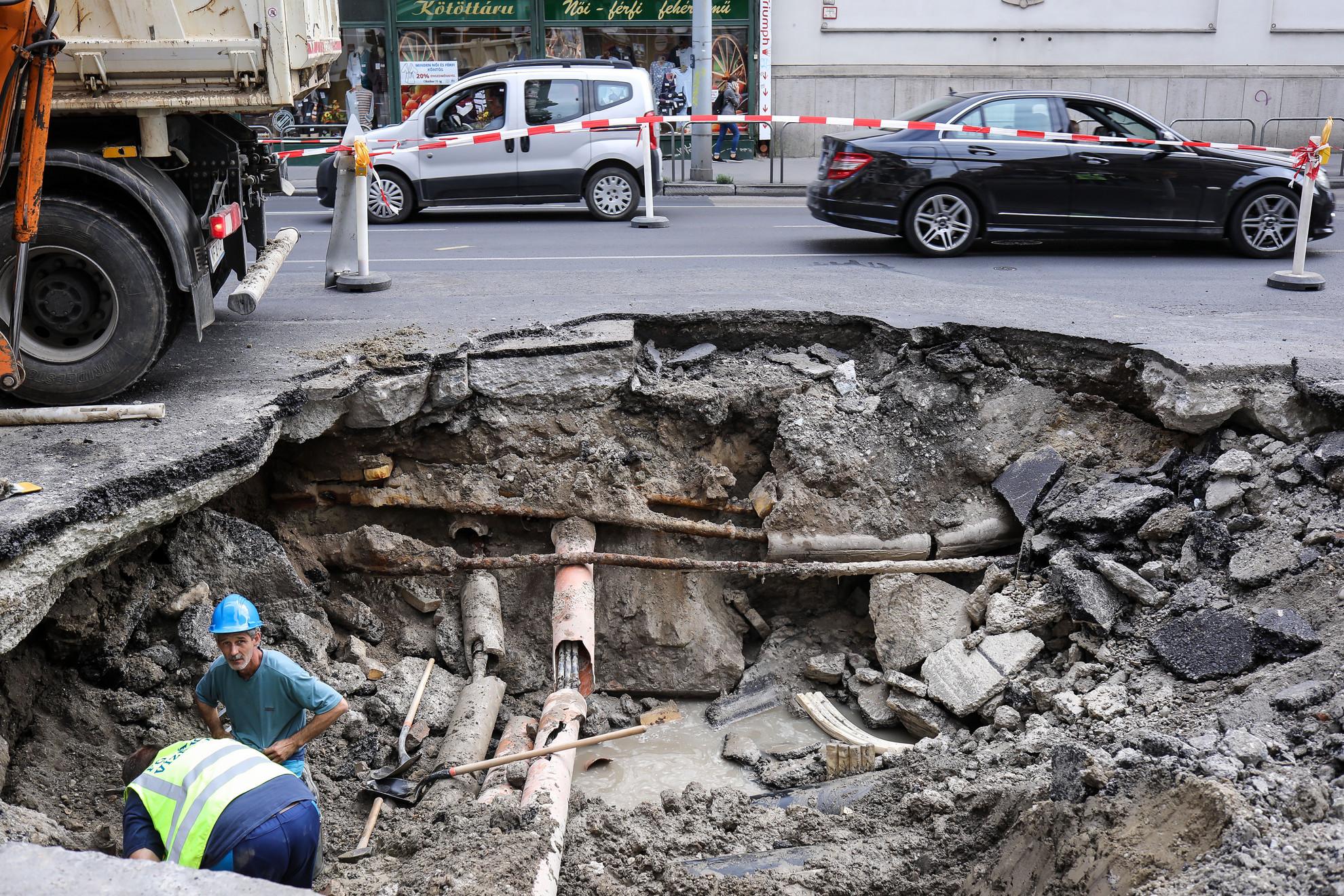 Közel két méter mély, két sáv szélességű gödör keletkezett a Kossuth Lajos utcában