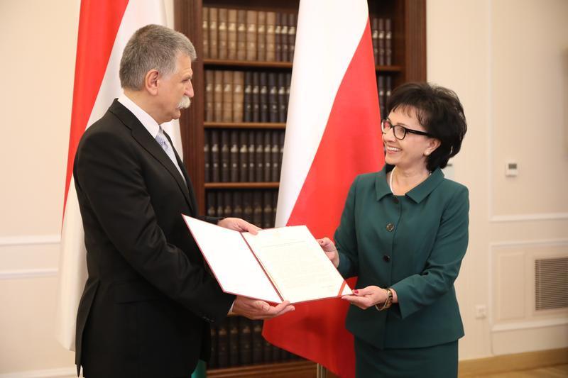 A kitüntetést az alsóházi elnök, Elzbieta Witek adta át