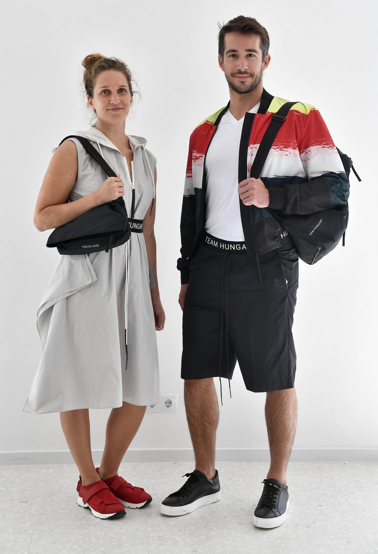 Kormos Villő olimpikon műugró (b) és egy modell a magyar olimpikonok és paralimpikonok, a 2020-as tokiói olimpiára tervezett formaruháit bemutató sajtótájékoztatón